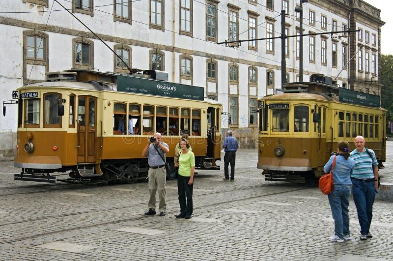 Stadssikt Porto med forntida spårvagnar och turister arkivbilder