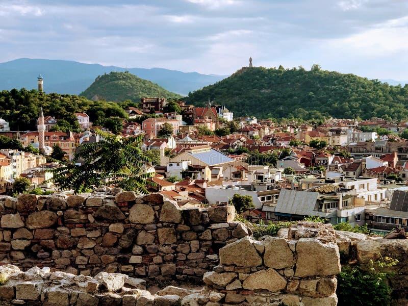 Stadssikt uppifrån av en kulle arkivfoto
