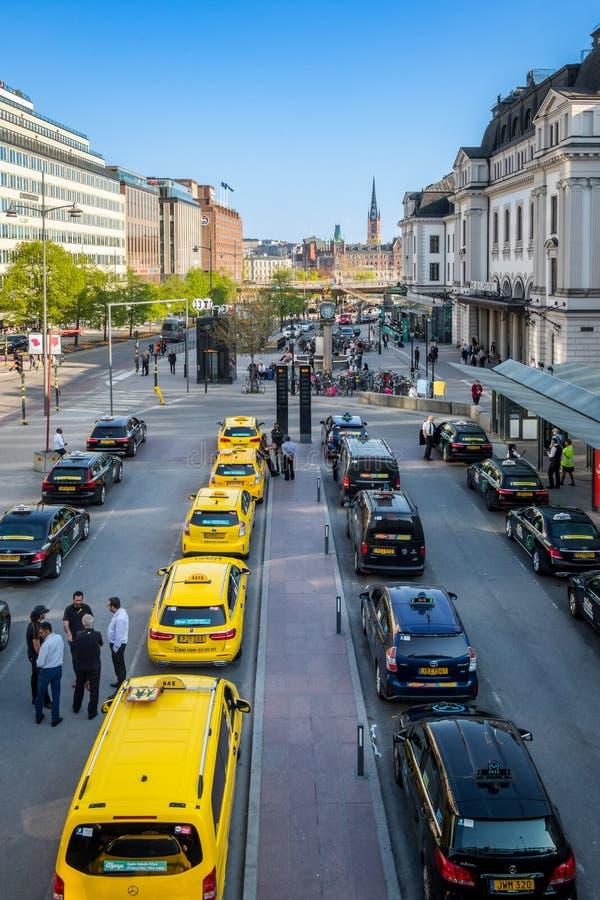 Download Stadssikten Av Många Guling Och Svart åker Taxi I Linje Redaktionell Fotografering för Bildbyråer - Bild av väg, gata: 116735249