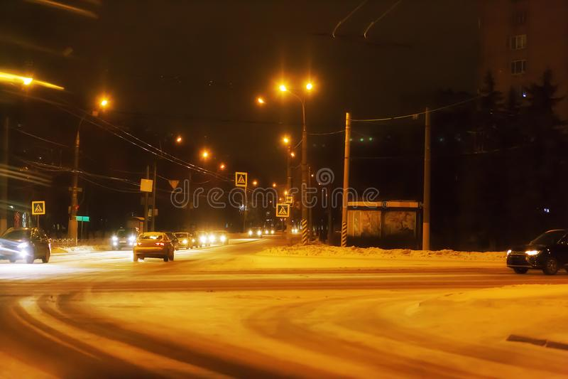 Stadssiktsaveny i vinternatten royaltyfri foto