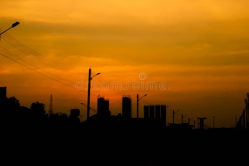 Stadssilhouet met zonsonderganghemel stock foto