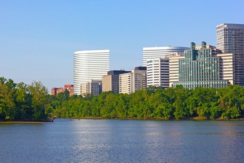 Stadsskyskrapor på den Virginia sidan av Potomac River royaltyfria bilder