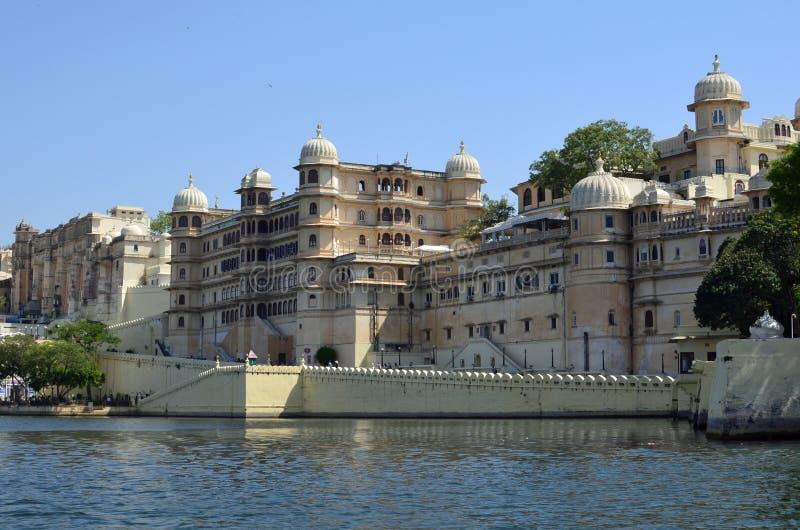 Stadsslott, Udaipur och sjö Pichola, Rajasthan, Indien arkivbild
