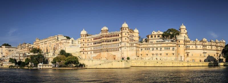 Stadsslotten av Udaipur beskådade från sjöpicholaen, Udaipur, Rajasthan, Indien fotografering för bildbyråer