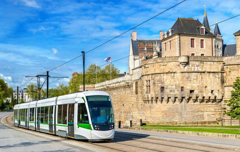 Stadsspårvagn på slotten av hertigarna av Brittany i Nantes, Frankrike royaltyfri fotografi