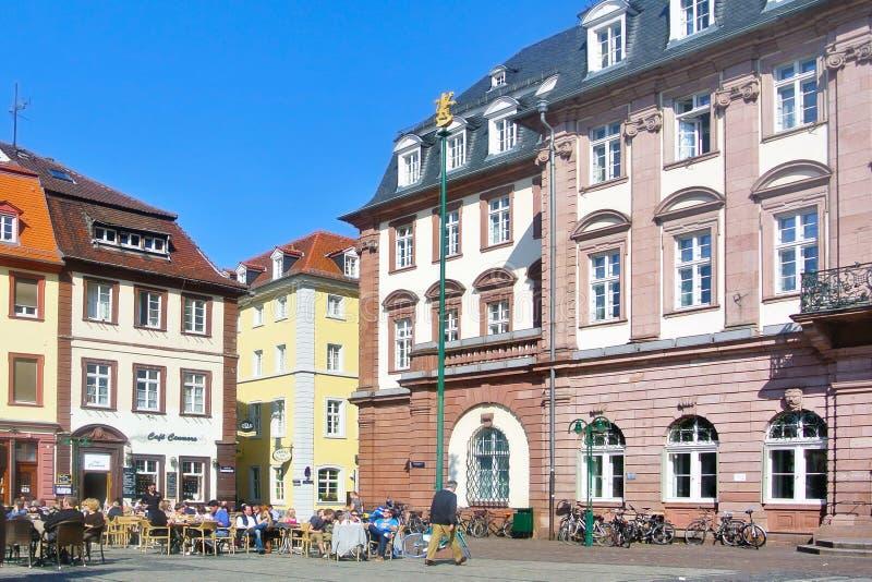 Stadsstadhuis bij markt met mensen die in openluchtkoffie op warme zonnige de lentedag zitten royalty-vrije stock afbeeldingen