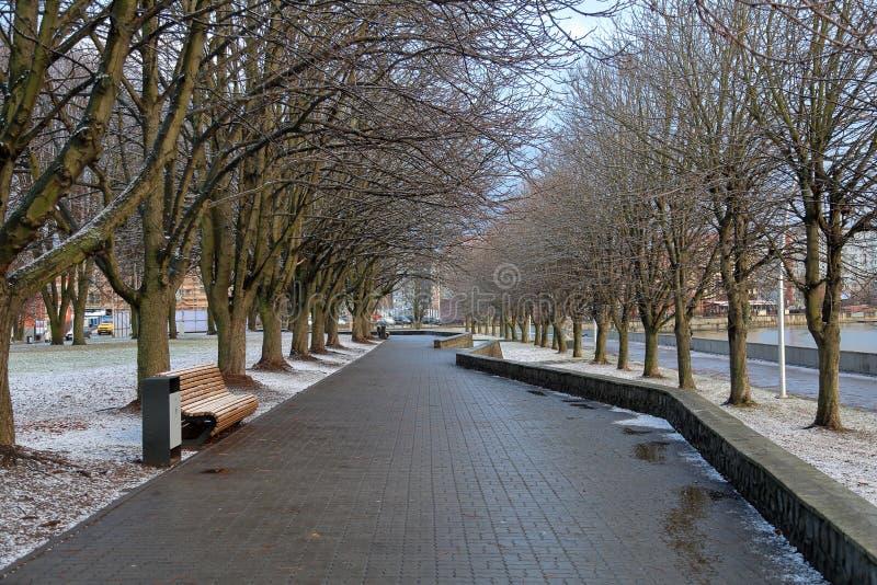 Stadssteeg langs de rivier royalty-vrije stock afbeeldingen