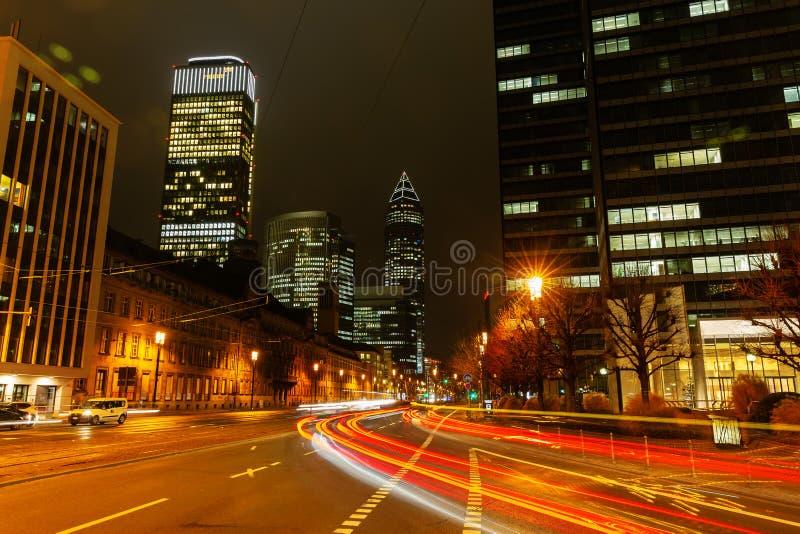 Stadsstraat in het financiële district van Frankfurt bij nacht royalty-vrije stock afbeeldingen