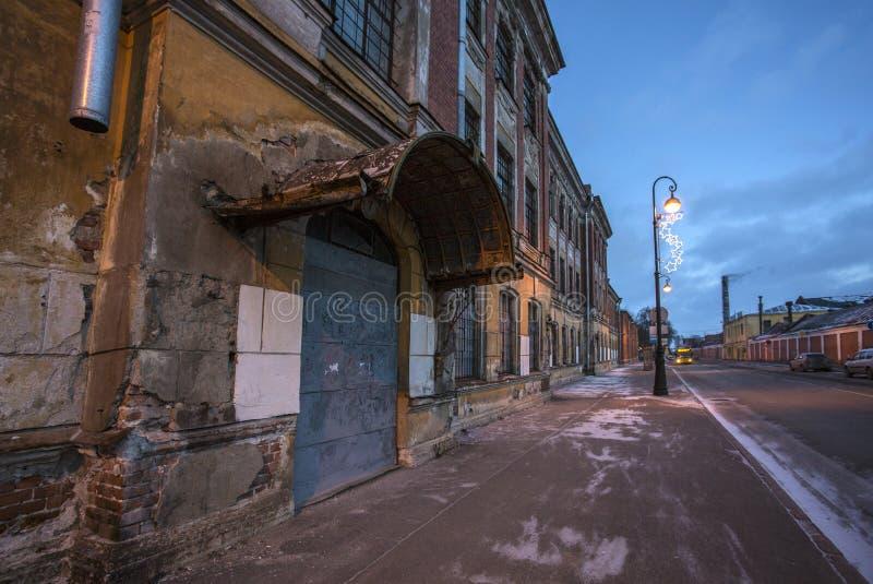 Stadsstraat met de afbrokkelende bouw stock afbeeldingen