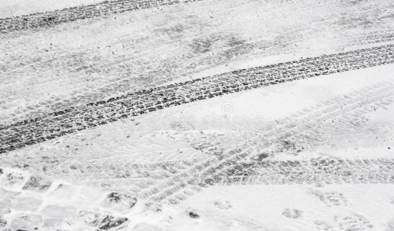 Stadsstraat met de bandsporen van de sneeuwband wordt behandeld in de winter die stock afbeeldingen