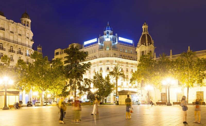 Stadsstraat in nacht Valencia, Spanje stock foto's