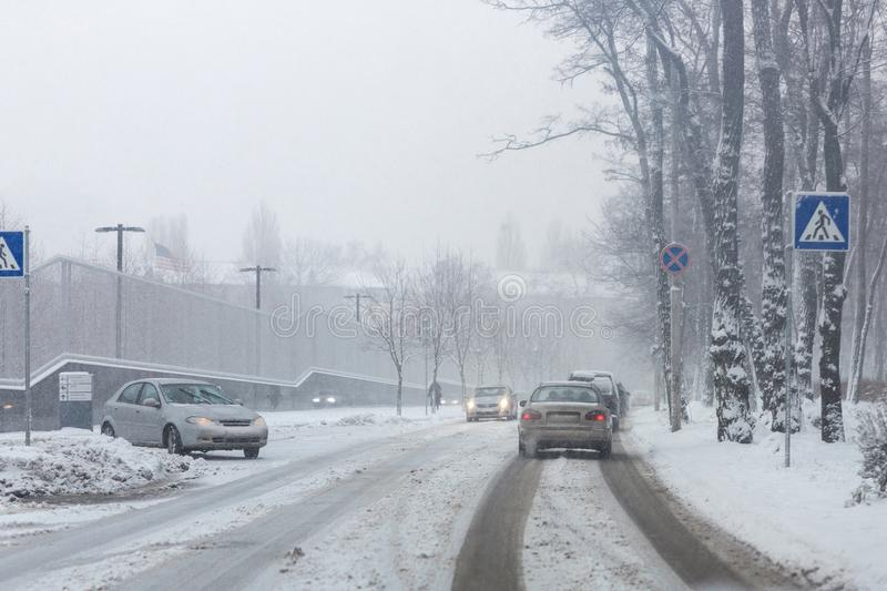 Stadsstraat onder sneeuw tijdens zware blizzard in de winter Slechte sneeuwverwijdering Doucheprecipitatie Sneeuwval weat stock foto's