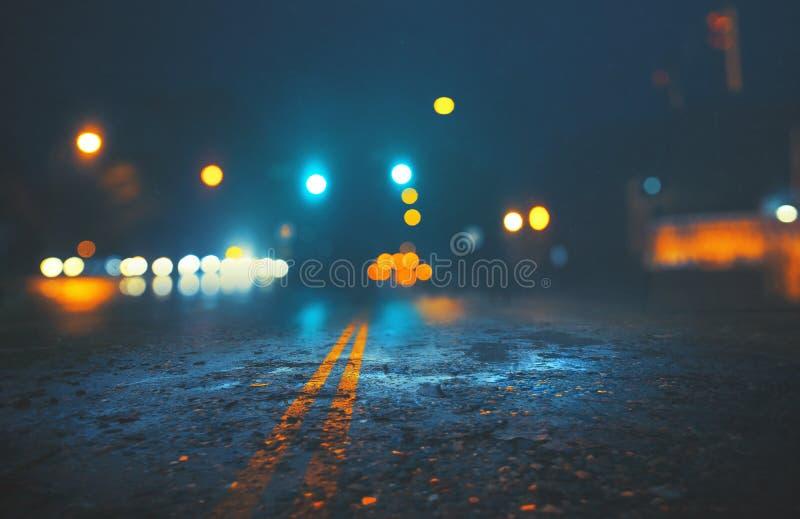 Stadsstraat op regenachtige nacht royalty-vrije stock fotografie