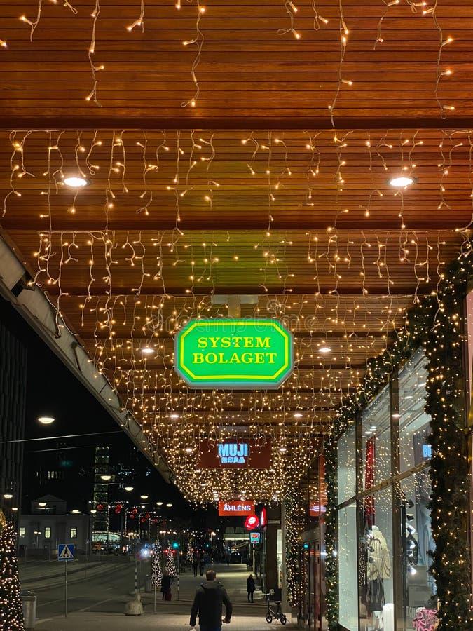 Stadsstraatbeeld op straat, winkelborden, verlichte kerstverlichting stock foto's