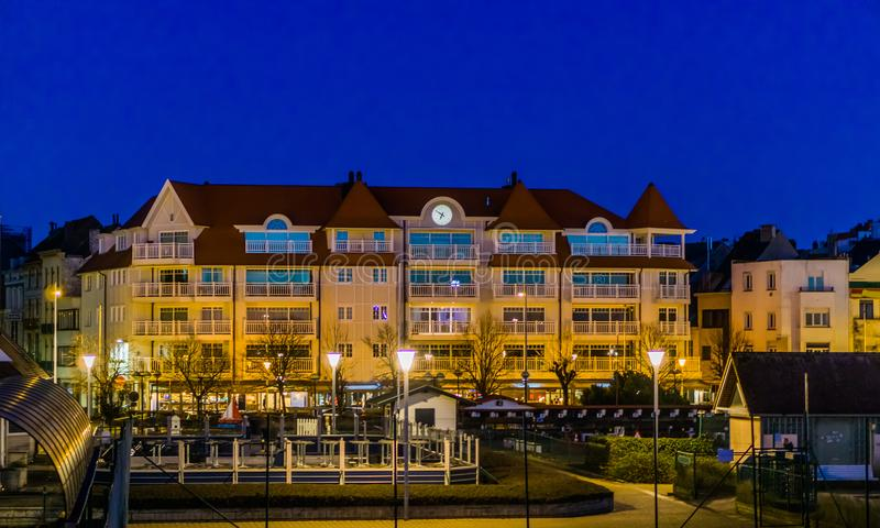 Stadsstraten van Blankenberge, België, groot flatgebouw met balkons, Belgische 's nachts architectuur stock foto's