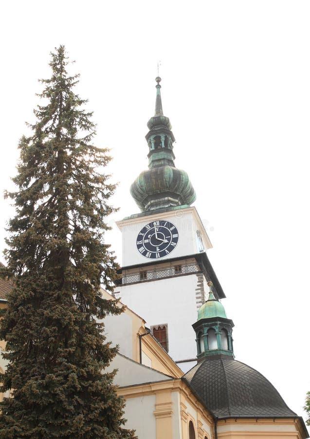 Stadstorn bak kyrka av St Martin i Trebic arkivfoto
