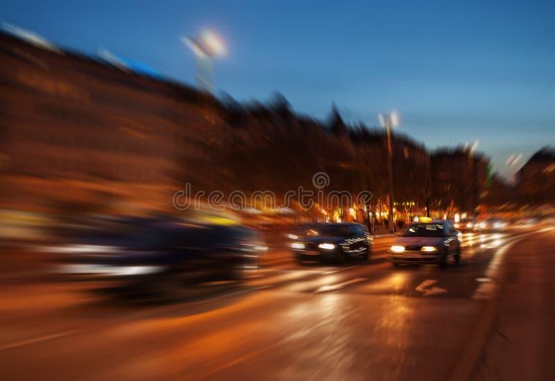 Stadstrafik i den Wien natten royaltyfri fotografi