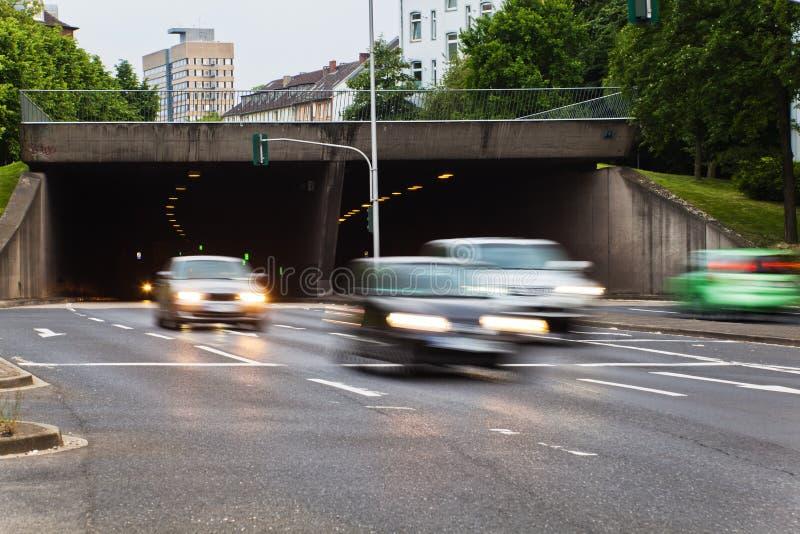 Stadstrafik med bilar i rörelsesuddighet royaltyfria foton