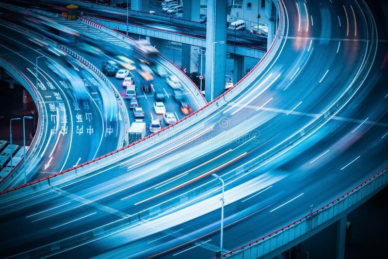 Stadstrafik på viadukt royaltyfria foton