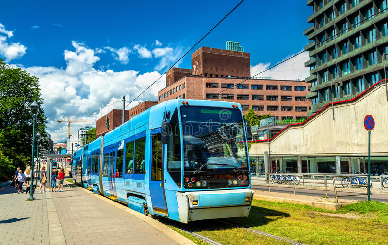 Stadstram bij Kontraskjaeret-Post in Oslo stock afbeeldingen