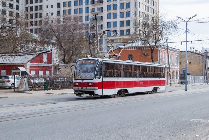 Stadstram 71-405 ritten op de straat stock afbeeldingen