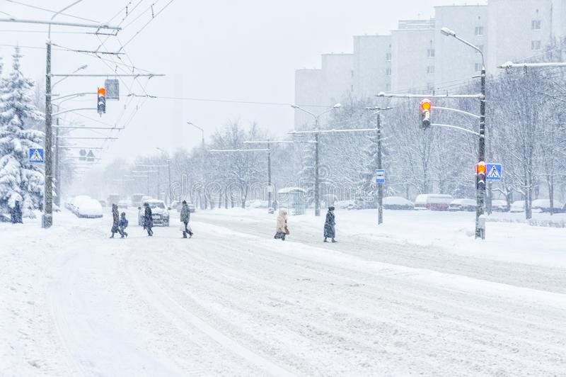 Stadsväg i vinter arkivfoto