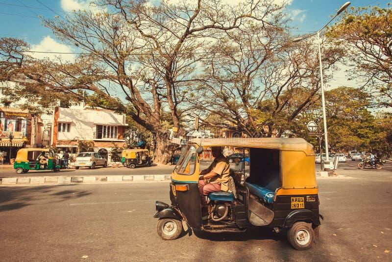 Stadsväg med körning av indisk taxiautorickshaw royaltyfria bilder