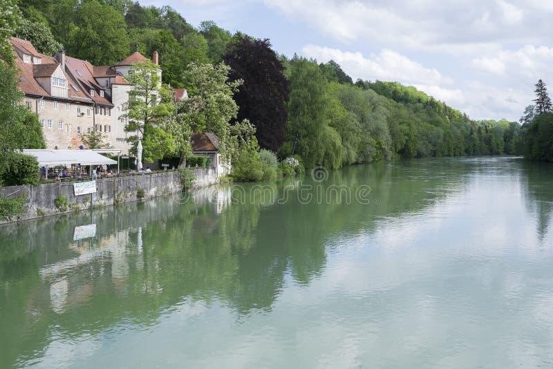Stadsvägg och flod Lech i Landsberg royaltyfri foto