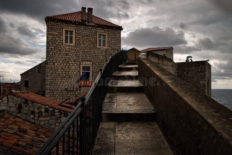 Stadsväggar av den gamla Dubrovniken Framsidan av staden croatia royaltyfri fotografi
