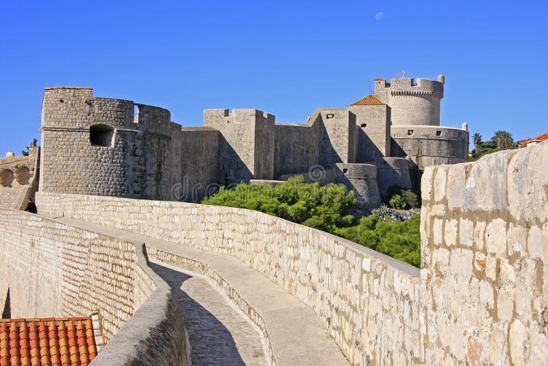 Stadsväggar av Dubrovnik royaltyfria bilder