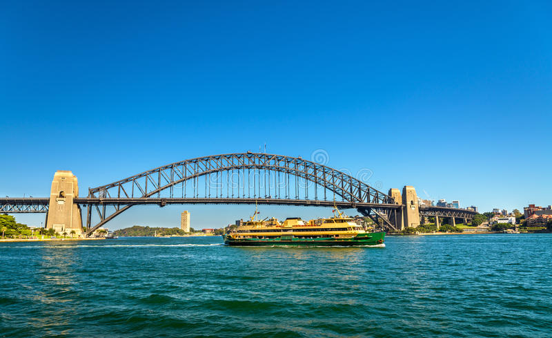 Stadsveerboot onder Sydney Harbour Bridge - Australië royalty-vrije stock foto's