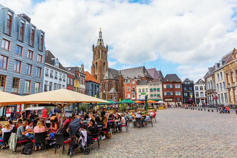 Stadsvierkant met Munsterkerk in Roermond, Nederland royalty-vrije stock foto's