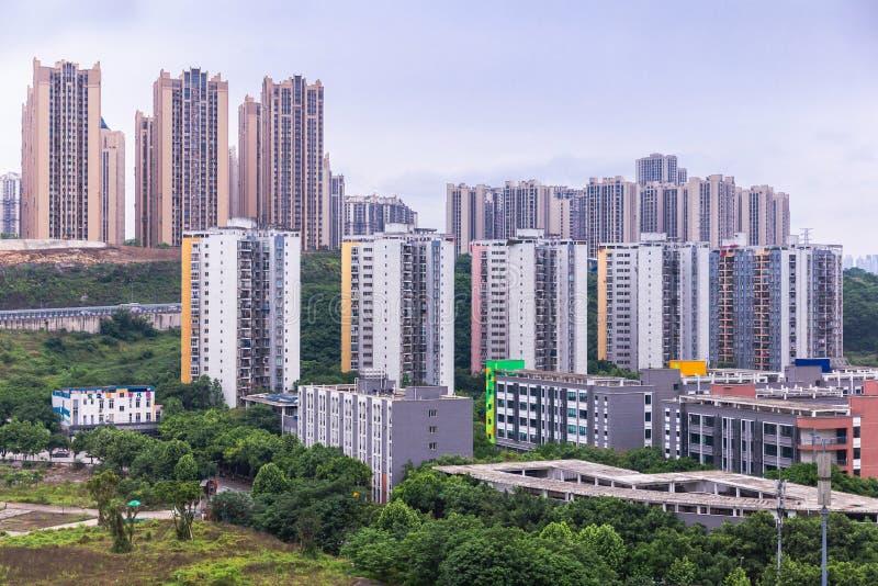 Stadsweergave van hoogstaande gebouwen in Chongqing, moderne woningen, winkelcentrum en elektrische trein Chongqing, China royalty-vrije stock foto