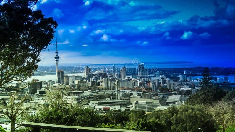 Stadt über dem Berg stockfoto