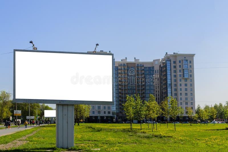Stadt-Anschlagtafel auf dem Hintergrund eines schönen Hauses, grüne Wiesen lizenzfreie stockbilder