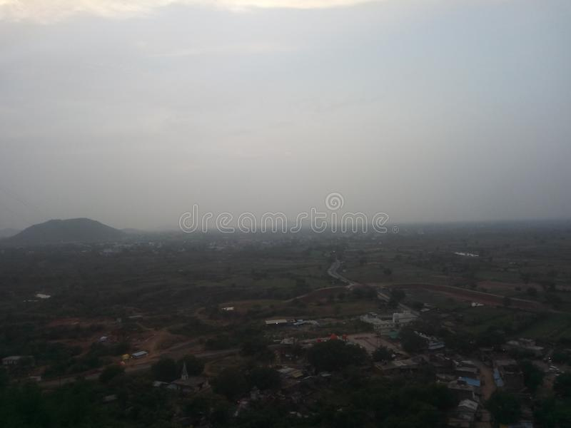 Stadt-Ansicht von der Bergkuppe stockfotos