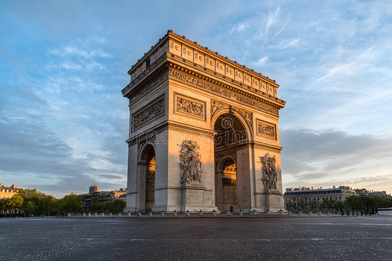 Stadt Arc de Triomphe s Paris bei Sonnenuntergang - Triumphbogen lizenzfreie stockfotos