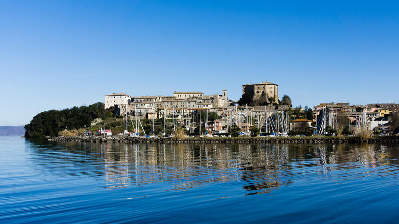 Stadt auf dem See stockfotografie