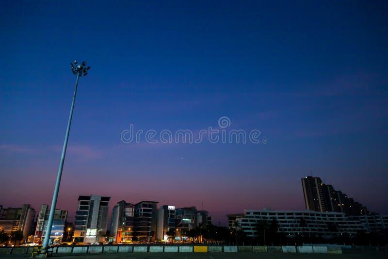 Stadt auf Nachtzeit lizenzfreies stockbild
