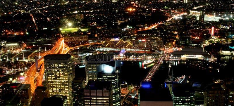 Stadt bis zum Nacht lizenzfreie stockfotos