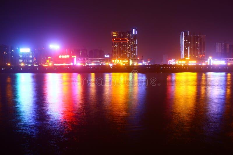 Stadt-Brücken-Skyline nachts stockbild