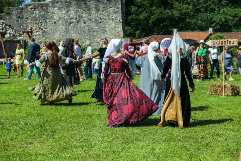 Stadt Cesis, lettische Republik An einem mittelalterlichen Tanzstadtfestival Leutetanz in der mittelalterlichen Kleidung 20. Juli stockfoto