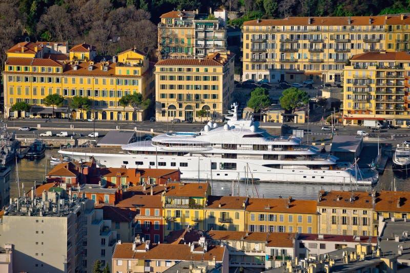 Stadt der Nizza bunten Ufergegend- und Segelsporthafenvogelperspektive stockbilder