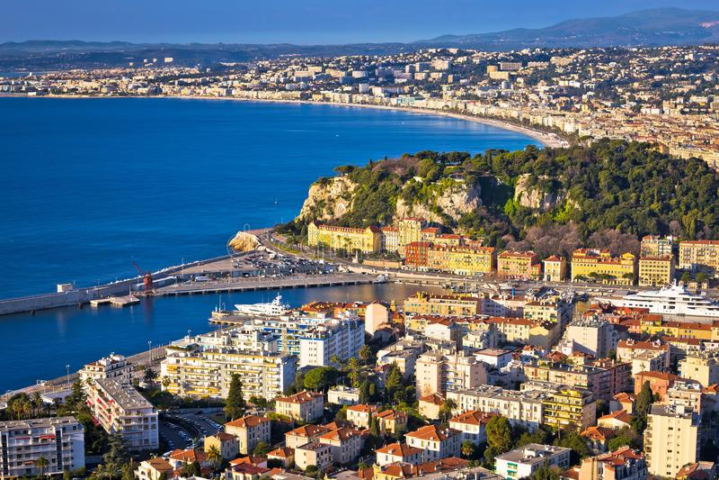 Stadt der Nizza bunten Ufergegend- und Segelsporthafenvogelperspektive stockfotografie