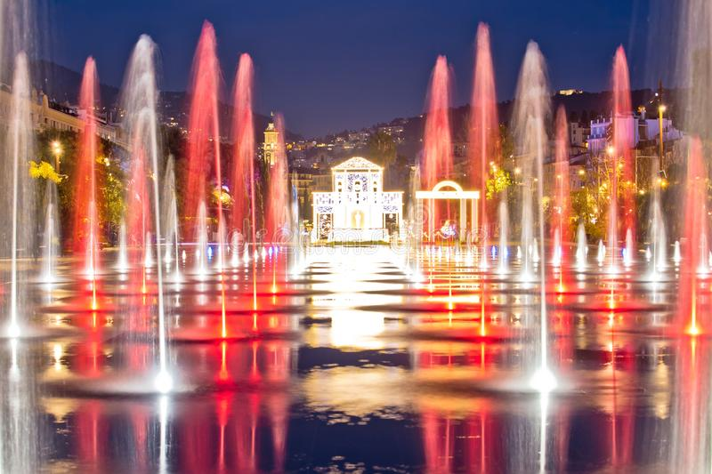 Stadt der Nizza Stadtbild- und Fontaine Miroir d Eau-Parkabendansicht lizenzfreie stockfotos