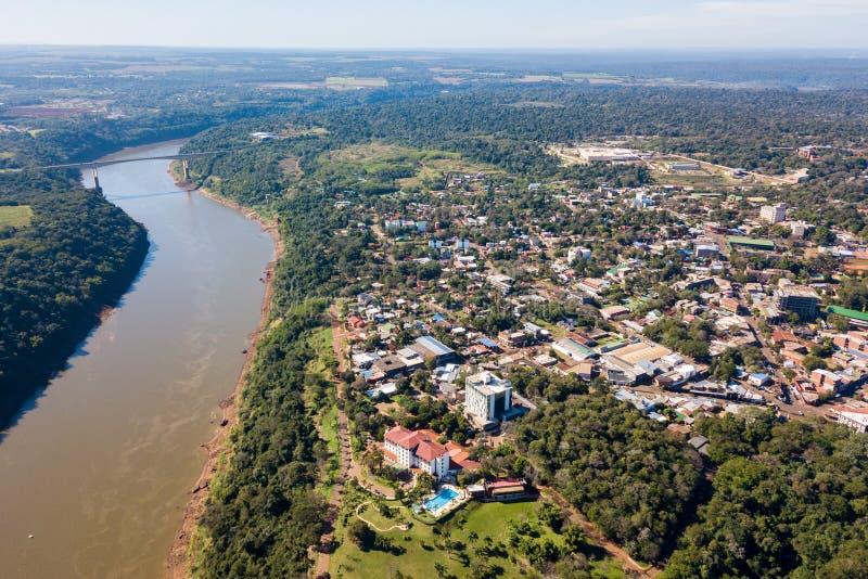 Stadt der Puerto Iguazu Stadtzentrumvogelperspektive Fraternity-Brücken-Grenzüberschreitung Brasilien-Argentinien über dem Iguass stockfoto