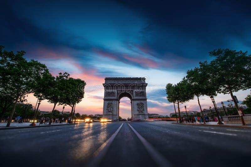 Stadt des Arcs de Triomphe Paris bei Sonnenuntergang lizenzfreies stockbild