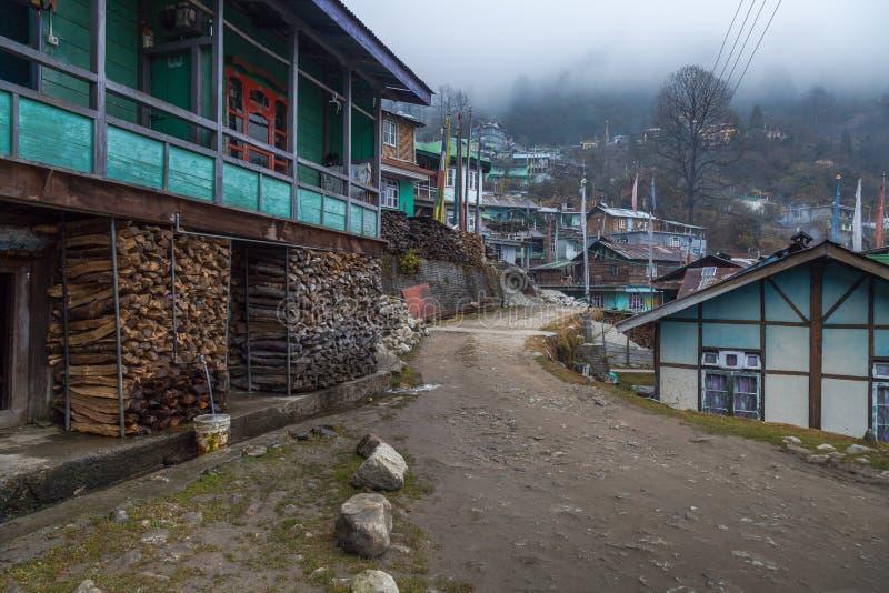 Stadt des ländlichen Dorfs des Abhangs von Lachen, Sikkim auf einem nebeligen Wintermorgen stockfotos