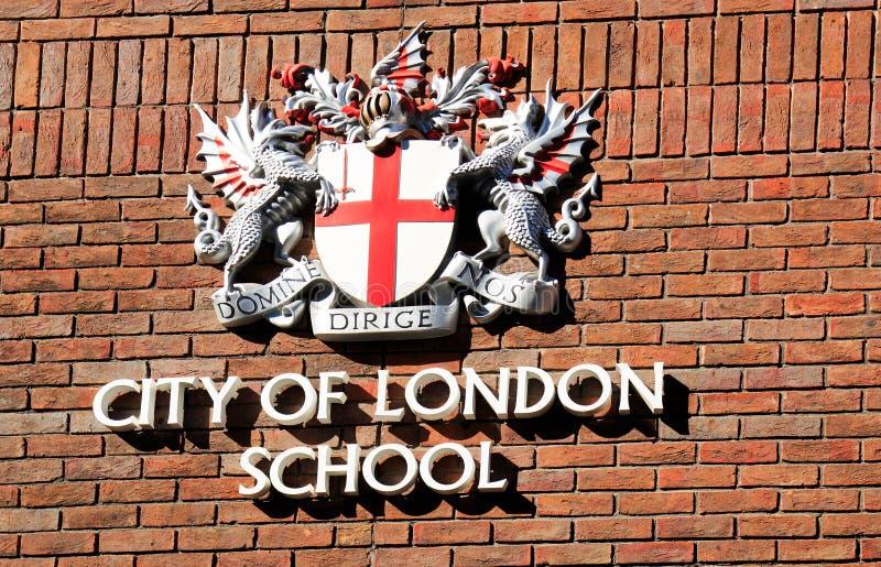 Stadt des London-Schulkamms auf einer London-Backsteinmauer stockfotografie