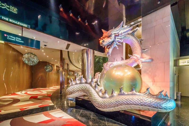 Stadt des Traum-Kasinos, Hardrockflügel, goldener Drache, der Perle in seiner Greiferstatue mit Farbändernden Lichtern hält stockfotos